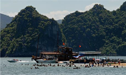 Ha Long Bay clean-up could force floating fishing village inland